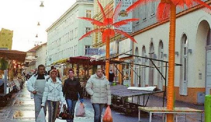 Bunte Stadtmöbel am Brunnenmarkt