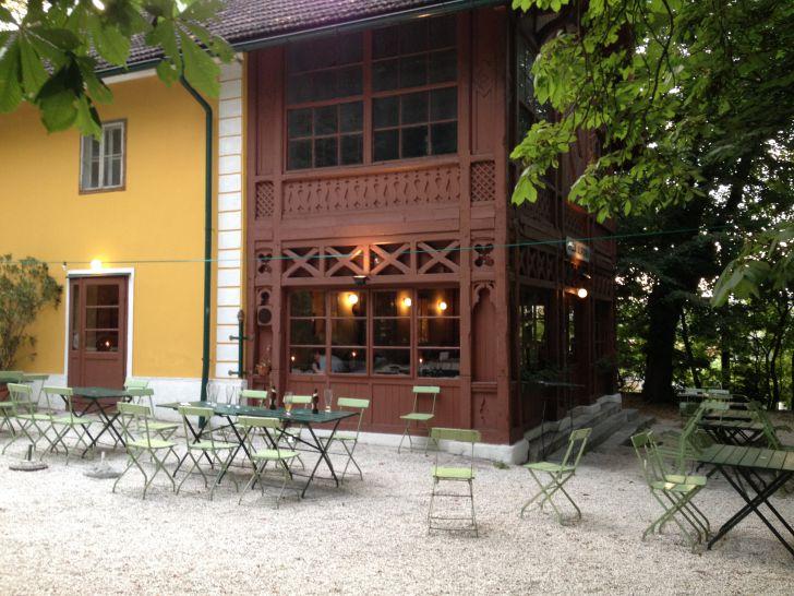 Villa Aurora Gastgarten Tische (c) STADTBEKANNT