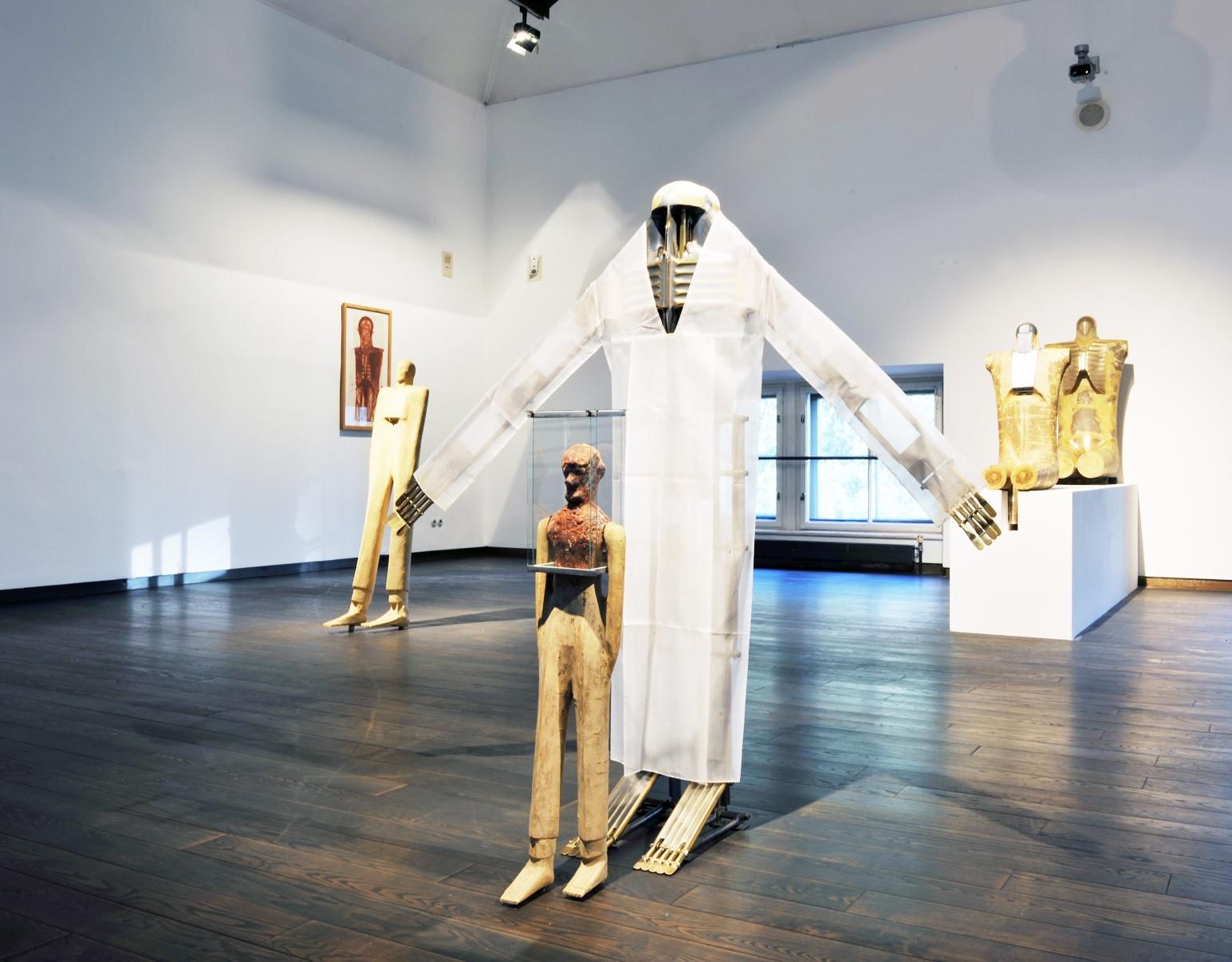 Walter Pichler Ausstellungsansicht, zentrale Figur: Bewegliche Figur mit Organzakleid, 1982; © Wolfgang Woessner/MAK