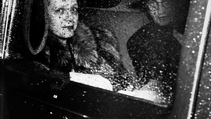 WEEGEE/ICP, um 1943 In der Limousine nach einem Abend in der Metropolitan Oper