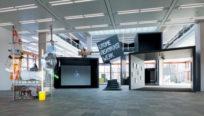 Utopie Gesamtkunstwerk  Ausstellungsansicht, 2012 (Display Esther Stocker)  © Belvedere, Wien / Foto: Roland Unger