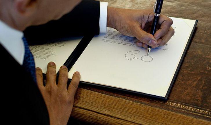 Barack Obama unterschreibt mit links...