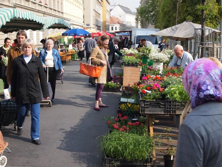 Yppenplatz Brunnenmarkt Blumen (c) stadtbekannt.at