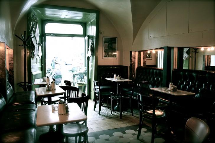 Das kleine Cafe Tische (c) Nohl stadtbekannt.at