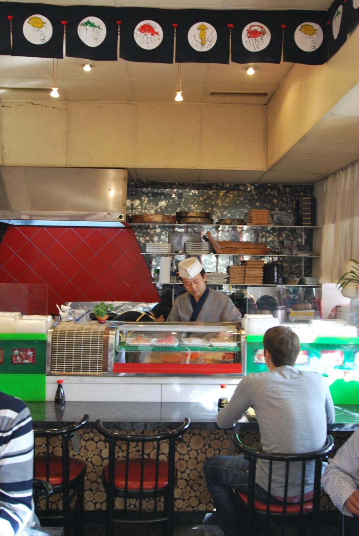 Suk Sushi Bar Theke (c) Marlene Mautner stadtbekannt.at