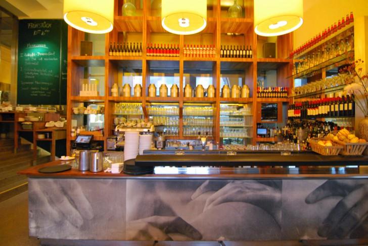 HALLE Cafe Restaurant Theke (c) Mautner stadtbekannt.at