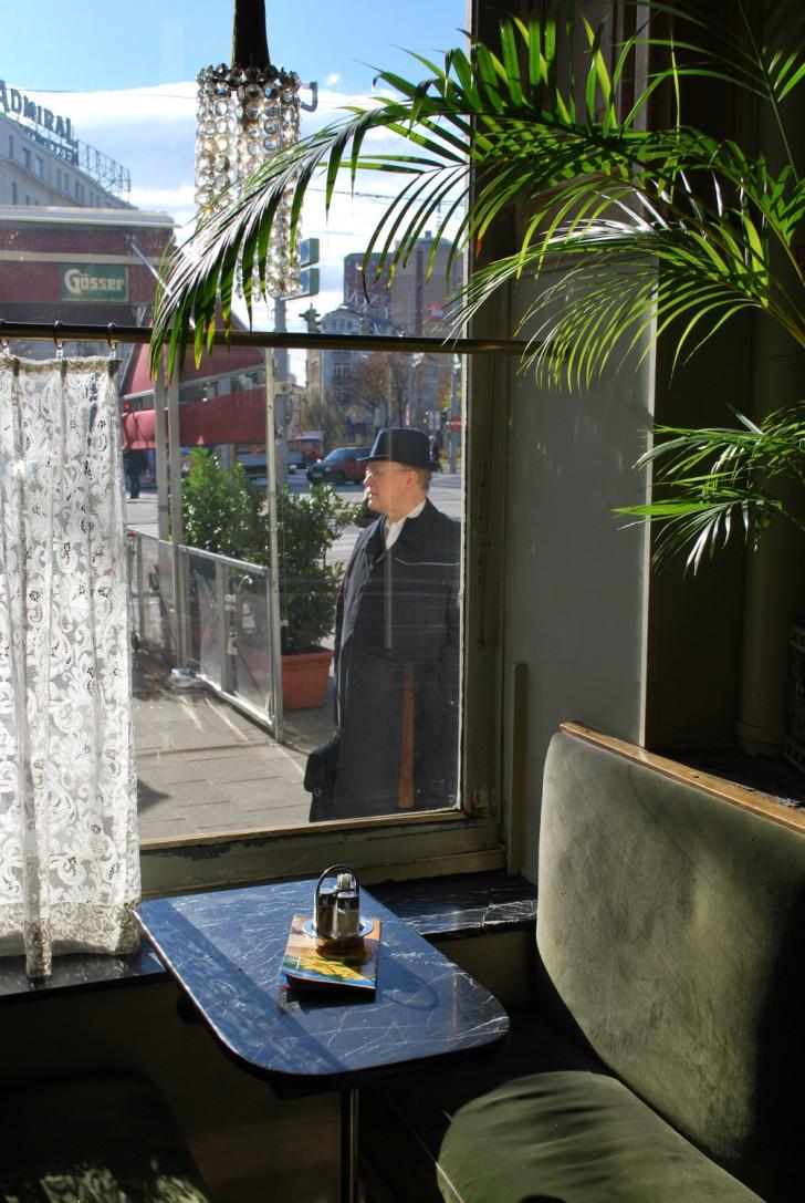 Westend Cafe Mann im Fenster (c) stadtbekannt.at