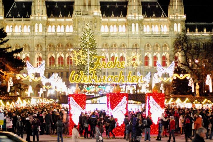 Christkindlmarkt Rathausplatz Frohe Weihnachten (c) Mautner stadtbekannt.at