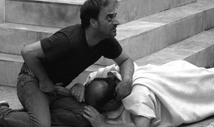 Brutus (Salvatore Striano) hat Cäsar (Giovanni Arcuri) den Todesstoß versetzt