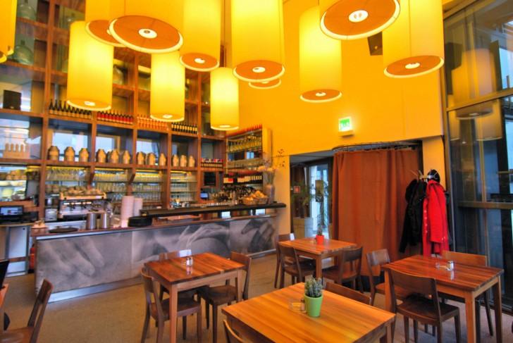 Tische Halle Cafe (c) Mautner stadtbekannt.at