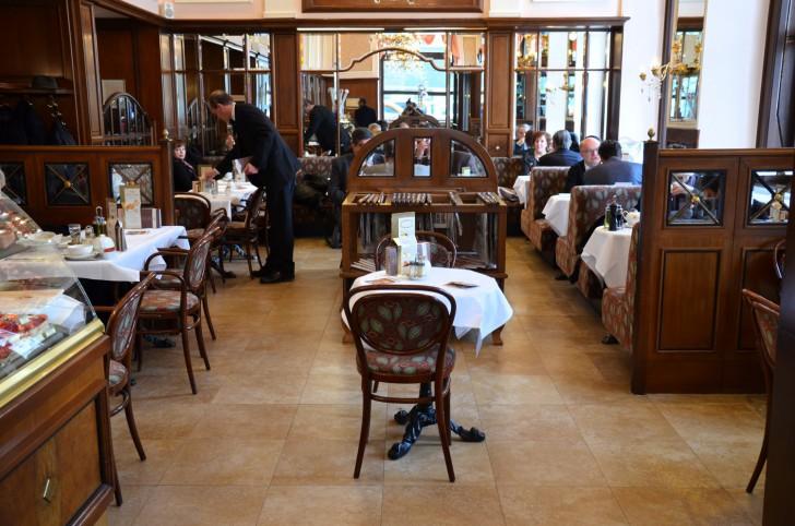 Café Mozart Tische (c)  stadtbekannt.at