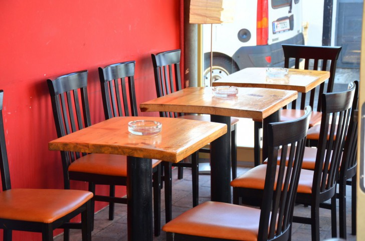 Cafe C.I. Yppenplatz Tisch Sessel (c) Mautner stadtbekannt.at