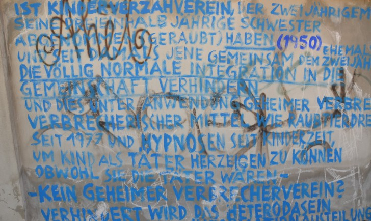 Fundstück - Blaue Schrift