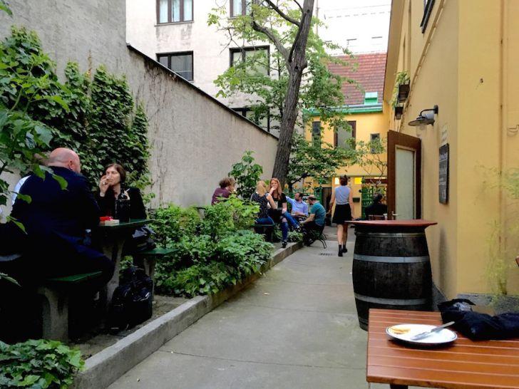 Weinstube Josefstadt Eingangsbereich (c) STADTBEKANNT Hofinger