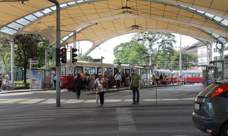 Urban Loritz Platz Straßenbahn Ampel Kreuzung (c) STADTBEKANNT Hofinger