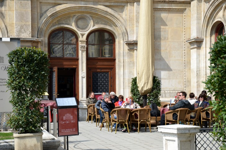 Cafe Oper Schanigarten (c) STADTBEKANNT