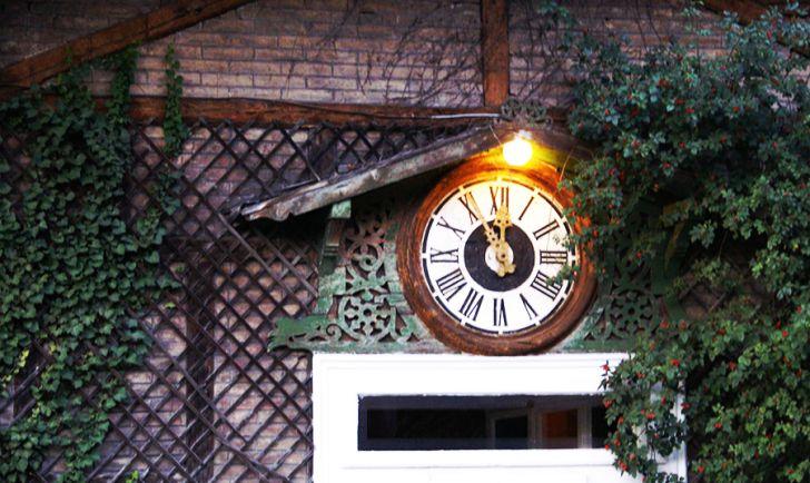 Schloss Concordia Uhr (c) Janhunen stadtbekannt.at