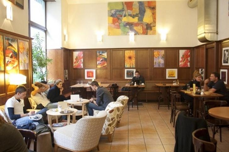 Tische Cafe Merkur (c) stadtbekannt.at