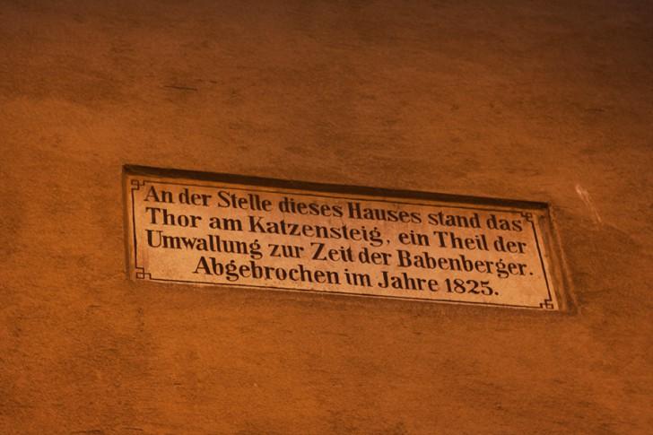 Katzensteighaus Schild (c) stadtbekannt.at