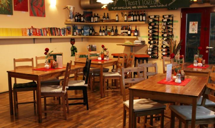 Restaurant Landia Tische Sessel (c) stadtbekannt.at