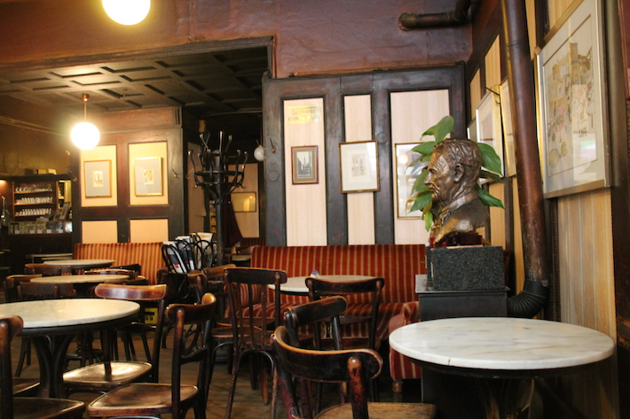 Cafe Hawelka Mamortische (c) Hofinger STADTBEKANNT