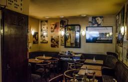 Cafe Kafka Tische (c) STADTBEKANNT