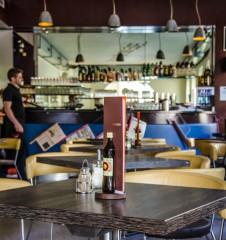 Cafe Stein Tisch (c) STADTBEKANT