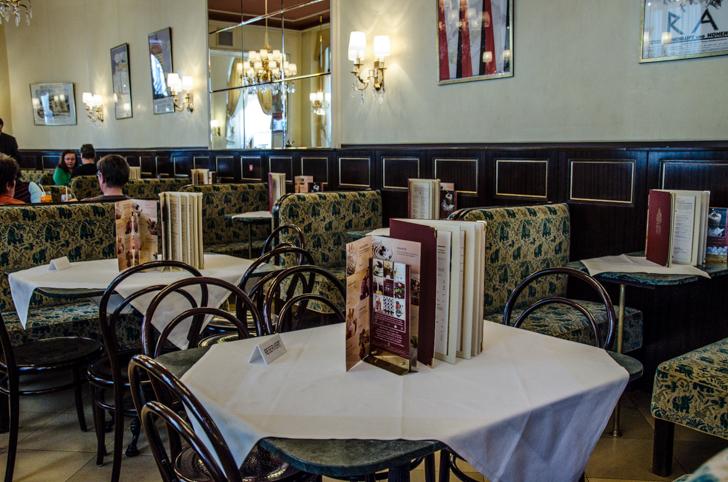 Cafe Weimar Tische (c) STADTBEKANNT