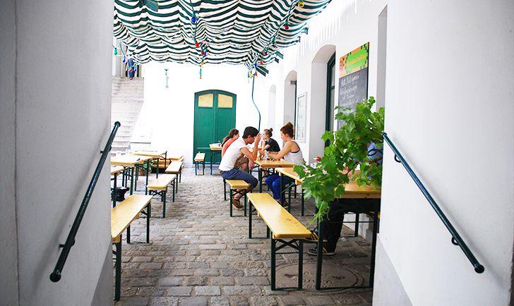 Der gschupfte Ferdl Gastgarten (c) STADTBEKANNT