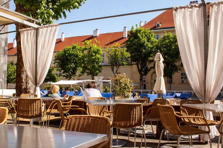 Halle Cafe Restaurant Schanigarten MQ Hof (c) STADTBEKANNT