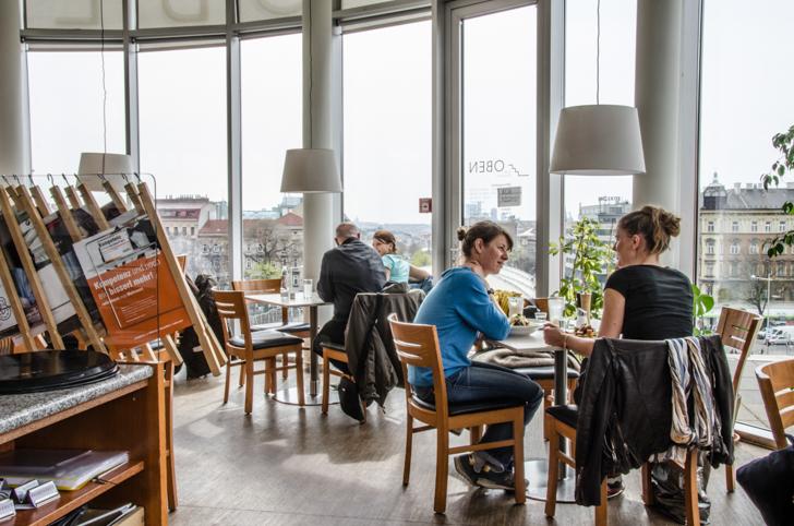 Cafe Restaurant OBEN Gäste (c) STADTBEKANNT