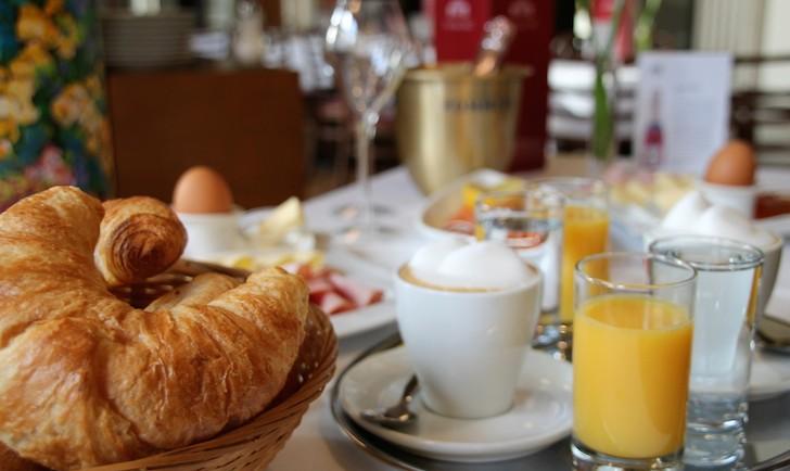 Cafe Oper Champagner Frühstück Croissant (c) MHofinger STADTBEKANNT