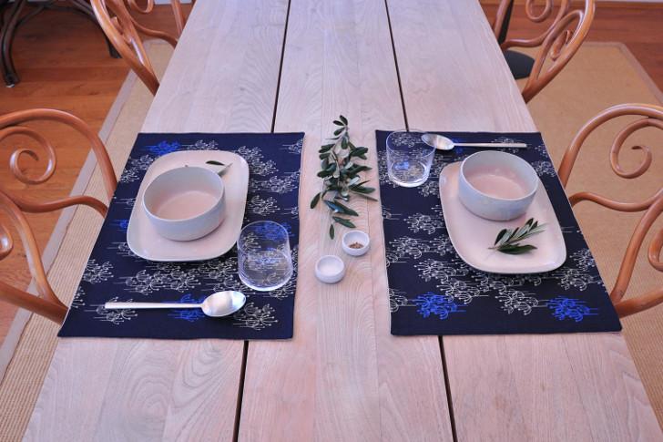 """japanische Keramik von 4th market: """"tamaishi"""" Platten und Schalen, gemusterte Sets """"Cactus"""" von inhee jeon, Wein- und Wassergläser von Covo, Edelstahlbesteck  von Cutipol (c) Nick Waldhör, PLAIN"""