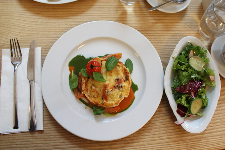 Anna & Jagetsberger Hauptspeise mit Salat (c) STADTBEKANNT Friedl