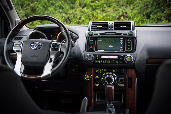 Toyota Land Cruiser 300 Amatur mit Touchdisplay