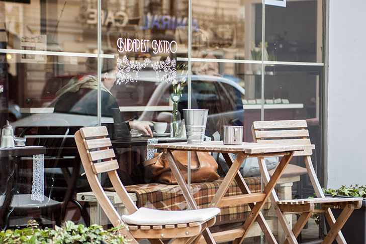 Budapest Bistrot Tisch mit Sessel (c) STADTBEKANNT