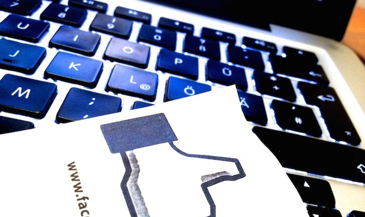 Facebook Daumen (c) Hofinger STADTBEKANNT