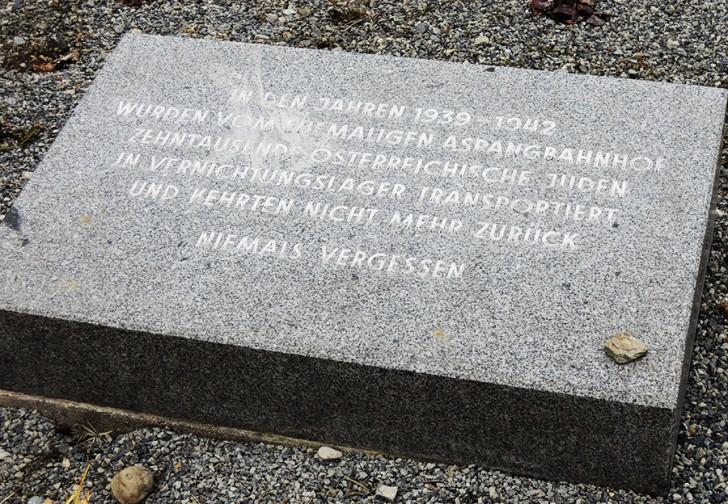 Der Platz der Opfer der Deportation Gedenktafel (c)