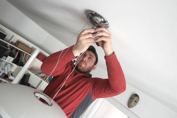 Umziehen leicht gemacht -  Lampen Montage (c) Die Möbelpacker