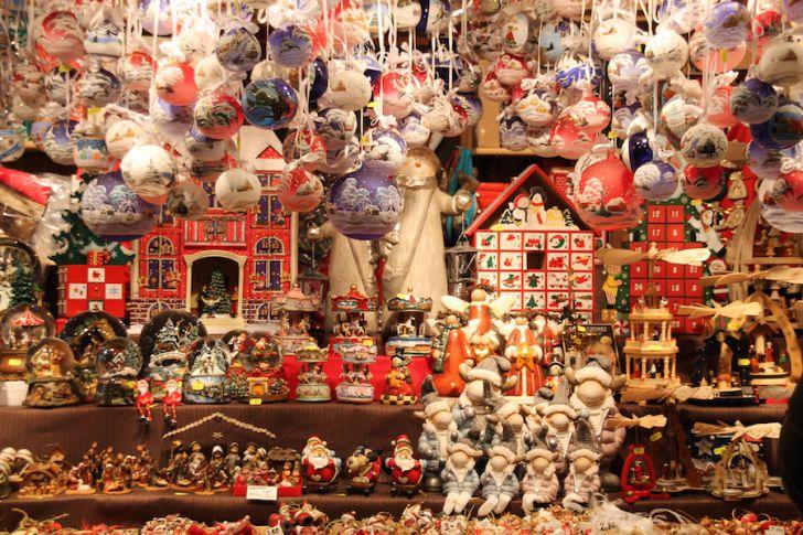 Christkindlmarkt Rathaus Christbaumkugeln Deko Weihnachten (c) STADTBEKANNT Hofinger