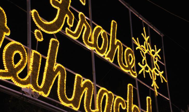Rathaus Christkindlmarkt Frohe Weihnachten Schriftzug (c) STADTBEKANNT Hofinger
