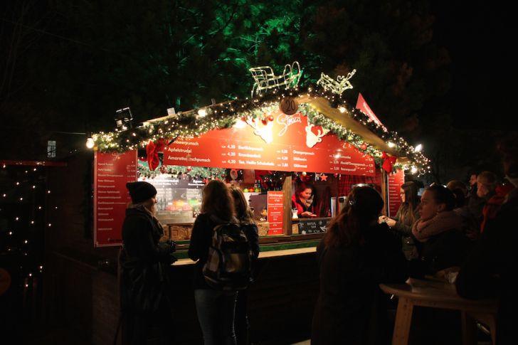 Weihnachtsdorf AKH Punsch Stand (c) STADTBEKANNT Hofinger