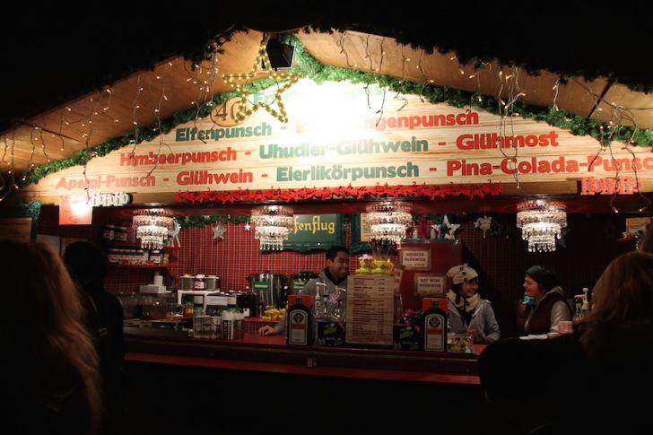 Weihnachtsdorf Maria-Theresien Platz Stand (c) STADTBEKANNT Hofinger