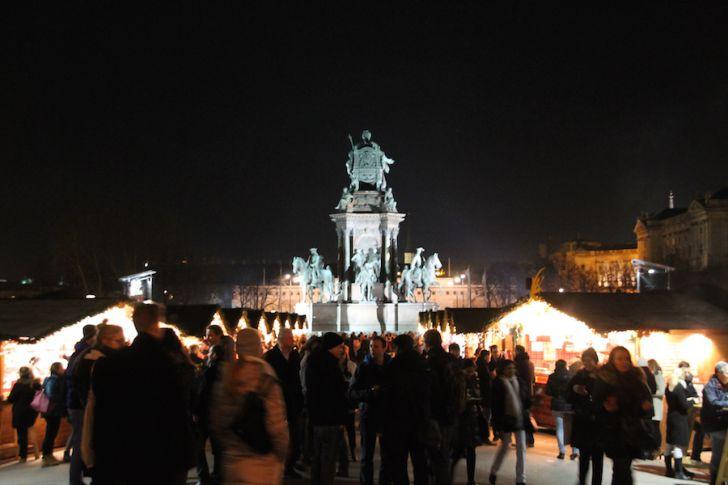 Weihnachtsdorf Maria-Theresien Platz Statue Besucher (c) STADTBEKANNT Hofinger
