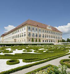 Schloss Hof außen (c) Hertha hurnaus für SKB