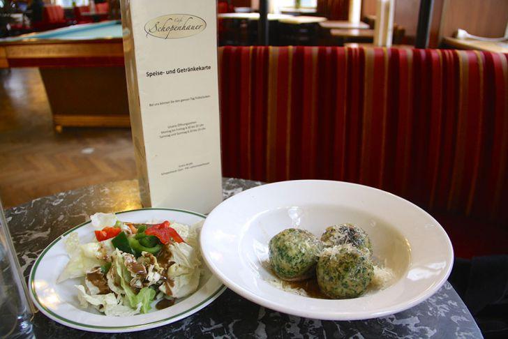 Café Schopenhauer Hauptspeise mit Salat (c) STADTBEKANNT Wetter-Nohl