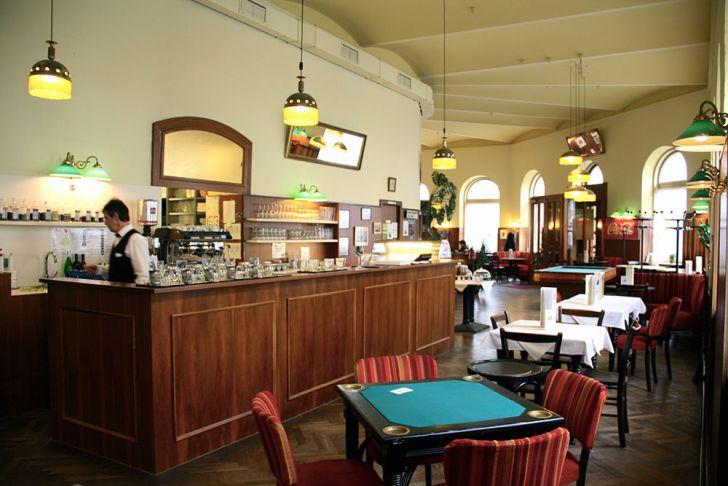 Café Schopenhauer Kaffeehaus Kartenspieltisch (c) STADTBEKANNT Wetter-Nohl