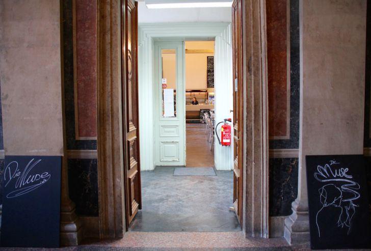 Die Muse Eingang Akademie der Bildenden Künste (c) STADTBEKANNT
