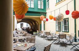 Caffè Latte Schanigarten Lampions (c) STADTBEKANNT