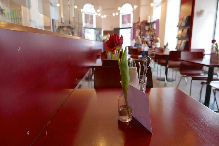 Edelgreißlerei Opocensky Tisch Blume (c) STADTBEKANNT Wetter-Nohl